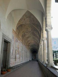 Chiostro del monastero di Santa Chiara di Napoli. Nella foto si può apprezzare la bellezza delle volte a crociera del deambulatorio del portico.