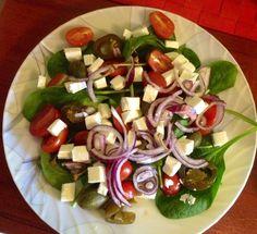 Sałatka z kaparami, pomidorkami daktylowymi, szpinakiem, serem feta i jalapenio