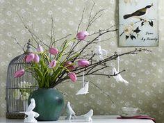Oiseaux blancs, des fleurs et des branches, une jolie cage.. J'aime tout
