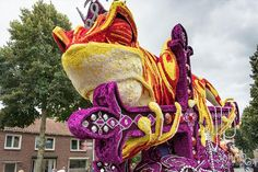 10 Giant Flower Sculptures Made From Dahlias At World's Largest Flower Parade In The Netherlands Giant Flowers, Large Flowers, Flower Festival, Sculpture, Topiary, Amazing Flowers, Art World, Amazing Art, Netherlands