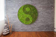 Dwa rodzaje mchu leśnego stabilizowanego. Ułożone w taki sposób aby utworzyć obraz i to się udało. Moss Wall Art, Moss Art, Diy Wall Art, Moss Graffiti, Moss Decor, House Ceiling Design, New Crafts, Conceptual Art, Art Of Living