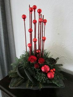 more and more crafts: Beautiful Christmas arrangements using spheres Christmas Flower Arrangements, Christmas Flowers, Christmas Makes, Christmas Centerpieces, Xmas Decorations, Christmas Art, Christmas Projects, Beautiful Christmas, Christmas Wreaths