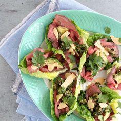 Vind jij lunchen met een salade ook erg lekker? Ik ook! Dit keer had ik bedacht om een salade te maken met rosbief alleen qua uitvoering was ik een beetje aan het twijfelen. Ik dacht al snel aan de plakjes als carpaccio op het bord te leggen, of in roosjes in de salade. Beide leken