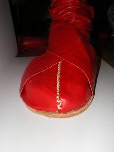 Calcei. Bota de cuero roja de senador. reconstruida a partir e las fuentas clásicas. (detalle) Roman Armor, Ugg Boots, Uggs, Bronze, Shoes, Fashion, Red Leather, Boots, Moda