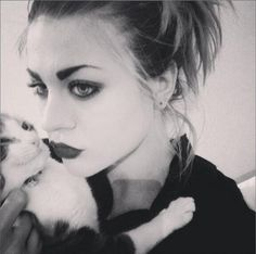 Frances Bean Cobain- eyes like her father and pictures with cats. <3 love them