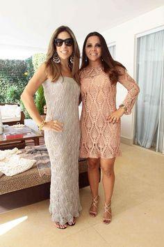 Em 2012, a estilista/crocheteira Janaína Mendonça, lança sua marca no mercado de crochê. Abaixo, a estilista veste, vestido de crochê pêsseg...