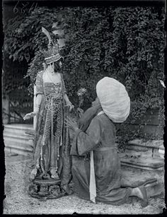 Mariano Fortuny y Madrazo.  The Marchesa Luisa Casati and a man in a mask Ca 'Venier dei Leoni.  September 1913 glass plate gelatin, 120 × 90 mm Venice, Fortuny Museum Archive, Tied Henriette Fortuny 1956