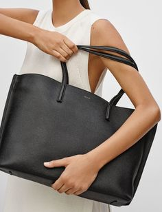 A slick city tote that you'll be more than happy to use on a daily basis Black Leather Tote, Black Tote, Black Bags, Classic Leather, Leather Accessories, Fashion Accessories, Jennifer Aniston Style, Fab Bag, Minimalist Chic