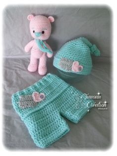 Ensemble bonnet - doudou ours - shorty au crochet Crochet Toddler Sweater, Crochet For Kids, Crochet Toys, Newborn Crochet, Crochet Baby, Knit Crochet, Baby Shower Gifts, Baby Gifts, Baby Outfits