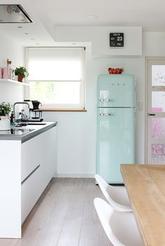 amazing pastel smeg and retro calendar Compact Kitchen, New Kitchen, Kitchen Decor, Modern Kitchen Interiors, Scandinavian Kitchen, Deco Design, Natural Living, Cozy House, Cool Kitchens