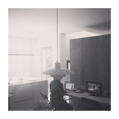 Uno de esos días que se necesita estar iluminado.  #portrait #retrato #light #luz #daylight #luzdía #working #trabajando #lamp #lampara #cocina #kitchen #portatil #laptop #madrid #pozuelo #spain #blackandwhite #blancoynegro