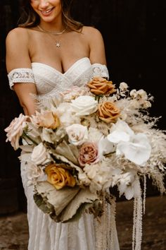 Pampas and floral bouquet Photo: @artandstorystudio Small Bridal Bouquets, Floral Bouquets, Country House Wedding Venues, Grass Flower, Romantic Candles, Boho Inspiration, Wedding Flowers, Wedding Dresses, Bunch Of Flowers