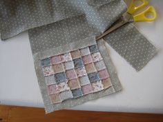 Liberty Biberty: How I make a mini quilt - Mom loves quilt would be cute to have one hanging up for a Christmas raffle! Dollhouse Miniature Tutorials, Miniature Quilts, Miniature Crafts, Miniature Dolls, Dollhouse Quilt, Diy Dollhouse, Dollhouse Miniatures, Small Quilts, Mini Quilts
