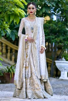 Bring a glamorous uplift to your 2018 wardrobe with Sania Maskatiya aesthetic clothing range from formal dresses to luxury Pret wears collection. Pakistani Mehndi Dress, Walima Dress, Pakistani Bridal Dresses, Pakistani Outfits, Indian Dresses, Indian Outfits, Sari Dress, Wedding Dresses, Traditional Fashion