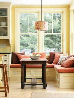 Мягкая подоконная скамья — любимое место в доме