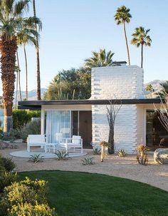 Hermann Reinvents an Iconic Palm Springs Hotel The Palm Springs resort everyone is talking about: L'Horizon.The Palm Springs resort everyone is talking about: L'Horizon. Palm Springs Hotels, Style Palm Springs, Exterior Tradicional, Modern Backyard Design, Mid Century Exterior, Beton Design, Villa, Mid Century House, Century Hotel