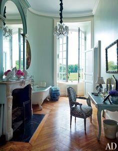 OH. MY. WORD. I think I could handle this....... Paris - Pied a terre - The bathroom
