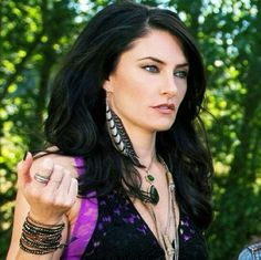 Aunt Wendy Witches of East End. Gypsy Fashion, Fashion Beauty, Toni And Guy Salon, Gorgeous Women, Beautiful People, Madchen Amick, Witches Of East End, Fanart, Gypsy Style