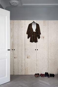 I lägenheten i 20-talshuset på Östermalm blandas äldre charm med moderna inslag och ny design. Men det som verkligen utmärker bostaden är den alldeles unika inredningsstilen signerat...