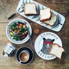 それぞれ個性的な絵付きの食器ですが、タッチが線画風なティストで統一されています。