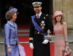 (L-R) Queen Sofia of Spain, Prince Felipe and Princess Letizia arrive at the West Door of Westminster Abbey for the wedding of Britain's Prince William and Kate Middleton in London on April 29, 2011.  AFP PHOTO / CARL DE SOUZA (Photo credit should read CARL DE SOUZA/AFP/Getty Images)
