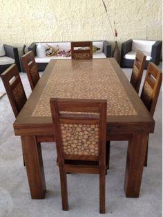 tavolo e sedie in teak con sezioni di tronchetti di rami inseriti con la resina