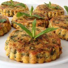 Tart kalıplarında fırında pişen kabak mücver KABAK MÜCVER ( fırında) Malzemeler 2 adet yumurta  3 adet küçük boy kabak 1 adet havuç (arzuya göre) 4 yemek kaşığı un 50 gram rendelenmiş kaşar peyniri 3 adet taze soğan 1/2 demet taze nane  1/2 demet maydanoz 1/2 demet dereotu 1/2 tatlı kaşığı tuz  1/2 kırmızı pulbiber 1 çay  kaşığı karabiber 3 yk sıvı yağ Yapılışı Kabakları, alacalı bir şekilde soyun ve rendenin iri kısmıyla rendeleyin. Kabuğunu soyduğunuz havucu, aynı şekilde rendenin iri…