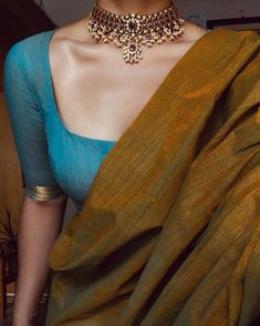 This pretty precious Kemp chocker. It is extremely beautiful to see a guttapusalu (pearl clusters) Trendy Sarees, Stylish Sarees, Simple Sarees, Sari Blouse Designs, Fancy Blouse Designs, Sari Bluse, Indische Sarees, Saree Jewellery, Cotton Saree Blouse