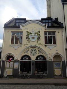 This was always one of my favorite buildings in Ålesund when I lived there. Pretty jugend style. Art nouveau.