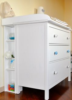 Ikea a modo mio: cassettiera hemnes con pomoli colorati, top fasciatoio fai da te e mini libreria fai da te