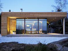 På Bjergøy i Ryfylke ligger denne lune hytta hvor livet skal nytes. Bauhaus Design, Narrow House, Wood Architecture, Cottage Farmhouse, Mid Century House, House In The Woods, New Homes, House Design, House Styles