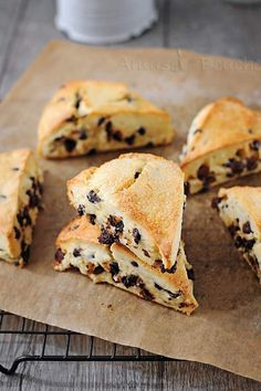 Chocolate Chip Scones - Unterhaltender Mund - Projets à essayer - Cake Toppers! Scones Chocolate Chips, Chocolate Food, Chocolate Lovers, Healthy Scones, Healthy Candy, Good Morning Breakfast, Tea Biscuits, Bread And Pastries, English Food