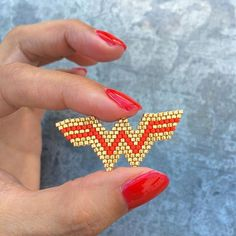 Wonder Woman brooch pendant in Miyuki diagramme Seed Bead Projects, Beading Projects, Beading Tutorials, Peyote Patterns, Loom Patterns, Beading Patterns, Bracelet Patterns, Loom Bands, Peyote Beading