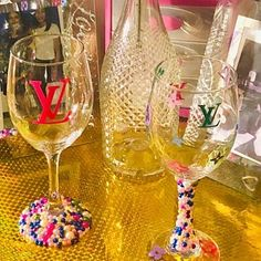 Gucci inspired w/pearls Wine Glass Set Customized, Gucci Gift Set, Birthday gifts for her, Gifts for gucci lovers Decorated Liquor Bottles, Decorated Wine Glasses, Bottle Glasses Diy, Glitter Wine, Glitter Glasses, Diy Food Gifts, Personalized Wine Glasses, Custom Cups, Wine Glass Set