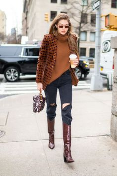 Gigi Hadid mit Cowboy Boots in Kroko-Optik in New York City Celebrity Style Casual, Celebrity Outfits, Casual Street Style, Celebrity Closets, Style Gigi Hadid, Gigi Hadid Outfits, Paris Texas, Stylish Outfits, Cool Outfits