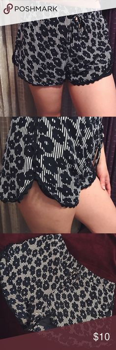 Summer shorts Size Medium// navy and white// Print: Flowers// grey condition //no brand bought at local store ✨ Shorts