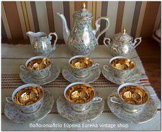 Πορσελάνινο σερβίτσιο μεγέθους Ελληνικού καφέ σε άριστη κατάσταση.  Από την δεκαετία του 1960's από Γερμανική πορσελάνη, με μπόλικο χρυσό. Τα υπόλοιπα μέρη είναι ιριδίζων.  Κομψό και μικρό σε διαστάσεις, δεν θα σας προβληματίσει να του βρείτε χώρο.