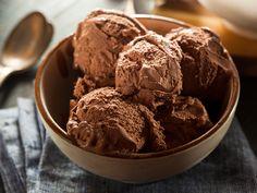 Gesund & lecker! Schoko-Nicecream aus gefrorenen Bananen ist eine kalorienarme Alternative zu normalem Eis. Das Rezept ist zuckerfrei und vegan.