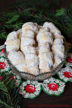Cornulete fragede - CAIETUL CU RETETE Sweet Recipes, Cake Recipes, Dessert Recipes, Romania Food, Peach Cookies, Romanian Desserts, Homemade Sweets, Dessert Drinks, Cata