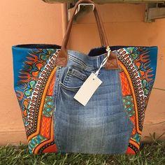 LE cabas jean et pagne – Purses And Handbags Diy Denim Handbags, Purses And Handbags, Diy Rucksack, Jean Purses, Diy Sac, Denim Patchwork, Patchwork Quilting, Denim Ideas, Diy Bags