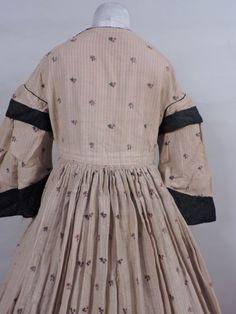 CIVIL WAR ERA 1850'S WRAPPER GOWN W PAGODA SLEEVES & STRAWBERRY PRINT