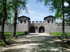 Saalburg, uma estrutura militar em Hesse, na Alemanha, é um dos diversos fortes romanos erguidos para compor o sistema de controle de fronteira entre o Império Romano e a Germânia, o Limes Germanicus. As invasões e conquistas bárbaras inutilizaram o forte, tendo sua estrutura desmontada para aproveitamento de suas pedras. O forte foi quase completamente reconstruído por ordem do Kaise Guilherme II.
