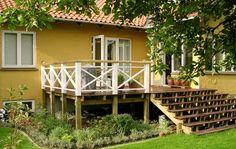 Det kan være fristende at gå i gang med at anlægge nye terrasser i haven, straks efter at man er flyttet ind i et nyt hus. Men det er en god idé at vente, til du kender stedet bedre og f.eks. ved, hvor der er sol og skygge på forskellige tidspunkter
