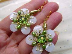 Wie eine zu Schmuck gewordene Margerite wirkt dieser wunderschöne filligrane Anhänger mit Staubgefäßen aus echten kleinen Keshiperlen.  Die Blütenmitt