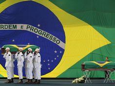 Mas, se ergues da justiça a clava forte,  Verás que um filho teu não foge à luta,  Nem teme, quem te adora, a própria morte.    admiração e respeito.  _____________________________    [Os caixões com os corpos do primeiro-sargento Roberto Lopes dos Santos e do   suboficial Carlos Alberto Vieira Figueiredo cobertos com a bandeira do Brasil. ]