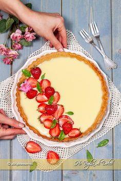 Crostata con ganache al cioccolato bianco e fragole - Frauen Mode Strawberry Desserts, Lemon Desserts, Healthy Desserts, Easy Desserts, Sweets Cake, Cupcake Cakes, Sweet Recipes, Cake Recipes, Mousse Au Chocolat Torte