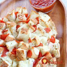 Originálny, rýchly aneuveriteľne chutný. Presne taký je trhaný pizza bochník, ktorý pripravíte za niekoľko minút. Vynikajúci snack na piatkový večer, ktorý skvele vyzerá aešte lepšie chutí. Odtrhnite si svoj kúsok!  Potrebujeme:  Bochník chleba    350 g mozzarelly nakrájanej na