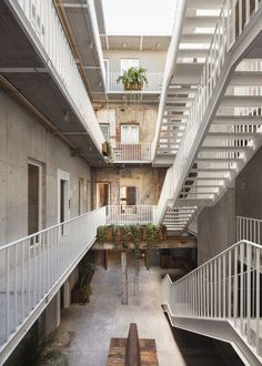 La firma de Eduardo Cadaval y Clara Solà-Morales, con oficinas en Barcelona y en Ciudad de México, ha sido la encargada de rehabilitar este edificio de la capital mexicana que estaba abandonado. La construcción presentaba hundimientos...