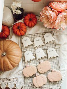 Halloween Ghost Pumpkin Cookie Love - Casey Wiegand of The Wiegands Hallowen Food, Halloween Snacks, Halloween Home Decor, Halloween Cookies, Halloween Ghosts, Halloween House, Holidays Halloween, Happy Halloween, Halloween Party