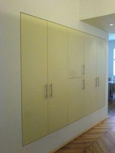 Moderní vestavěné skříně jsou vhodné do bytu i do komerčních prostor.